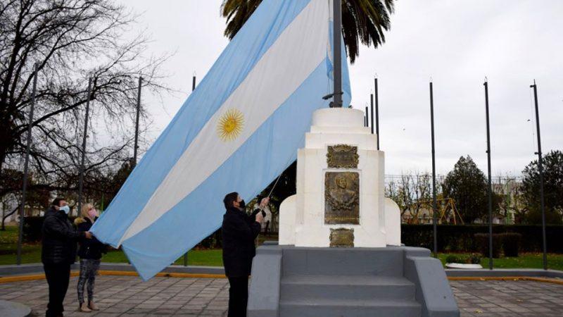 Se izaron las banderas en las plazas de la ciudad