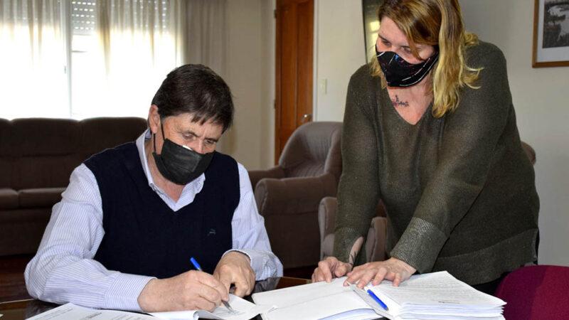 Gargaglione firmó contratos para sumar equipos de salud